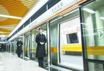 地铁二号线的主要色调为黄色,座椅具备加温加热功能。
