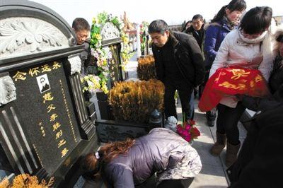 12月23日,被害人李胜利的家人在墓前祭奠。历经7年,最后一名嫌疑人落网,李胜利的遗体得以入土为安。