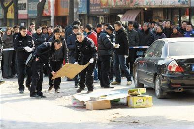 昨日上午,警方在处置案发现场。当日9时40分,南京下关区和燕路一农业银行门前发生劫案,一男子中枪身亡。郭新 摄