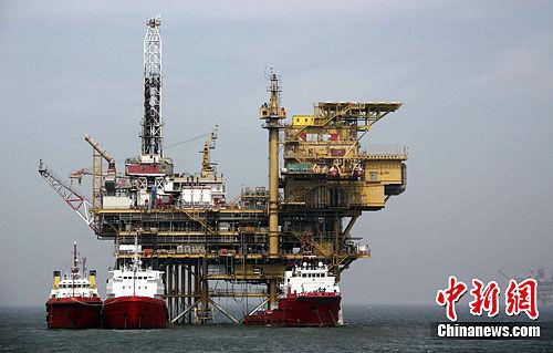2011年9月2日,记者搭乘的中国海监15船到达蓬莱19-3油田溢油事故作业现场。在蓬莱19-3油田B、C作业平台附近海域,海面上仍有漂浮的油带膜,并有大量油花溢出,康菲公司的溢油清理工作仍在进行。图为蓬莱19-3油田C平台。中新社发 阮煜琳 摄