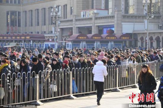 春节黄金周假期渐入尾声,铁路春运亦将迎来节后首个返程客流高峰。1月26日,北京站,大批返程客等待安检进入地铁。樊甲山 摄 图片来源:CFP视觉中国