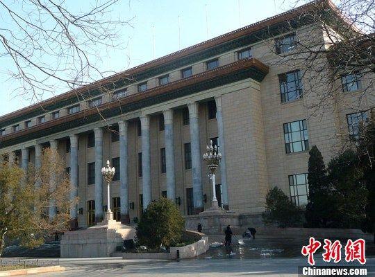 """2月26日,北京人民大会堂北门外,工作人员正在全面清洗台阶及周边残留的积雪,以整洁的环境迎接全国""""两会""""的召开。季露 摄 图片来源:CFP视觉中国"""