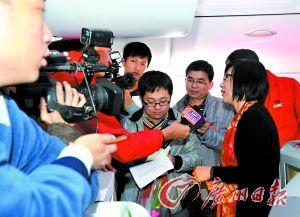 蒋海鹰代表在飞机上接受采访。记者邱伟荣、乔军伟摄