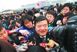 """昨天下午,刚刚到达天安门广场的陈竺遭到众多记者""""围追堵截""""。阎彤摄"""