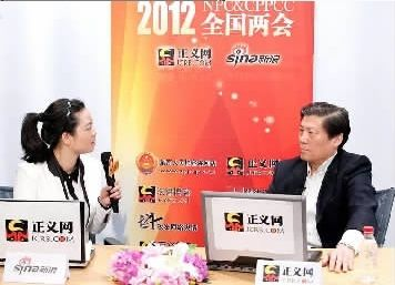 3月4日,全国人大代表慕平(右)做客正义网。 杨征摄