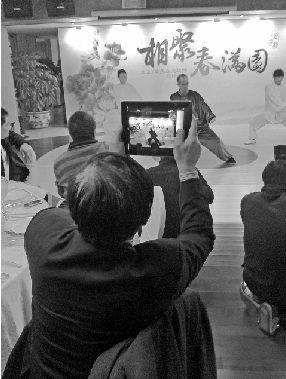 郭广昌打太极,任志强拍照发微博。