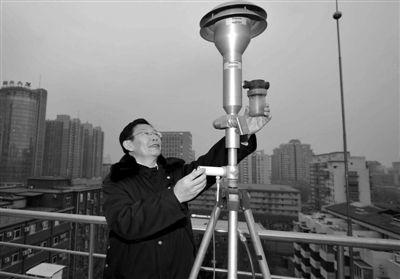 1月7日,北京环境保护监测中心工作人员在调整PM2.5监测设备。昨日,全国人大北京团举行第一次全体会议,PM2.5成为一个热词,多名代表发言均有提及。新华社记者 公磊 摄