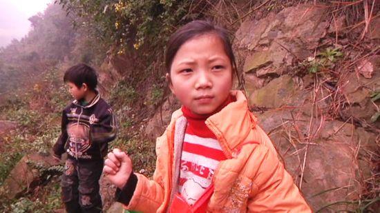 陈相美姐弟走着山路去上学,每天他们要花至少1个半小时才能从家走到学校。
