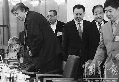 3月8日,全国政协委员、敦煌文物研究院院长樊锦诗女士向给她让位子的男委员们投以感谢的目光。