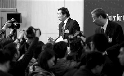 昨日,梅地亚两会新闻中心,北京师范大学校长钟秉林(右)、北京四中校长刘长铭(左)接受记者采访。本报记者 薛�B 摄