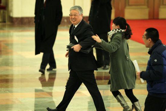 """3月11日,北京,女记者""""拦截""""民政部部长李立国。来源:南方都市报"""