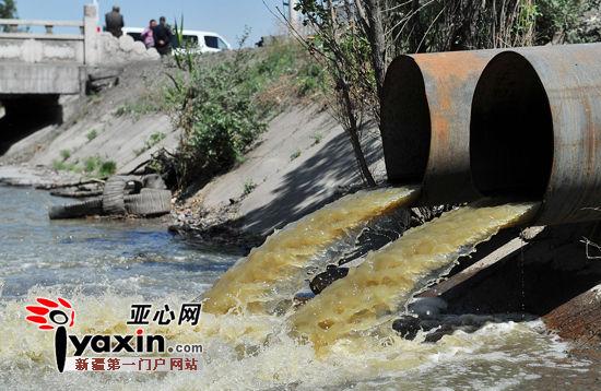 """新疆乌鲁木齐市和平渠成了排污渠 谁是""""元凶""""正在查"""