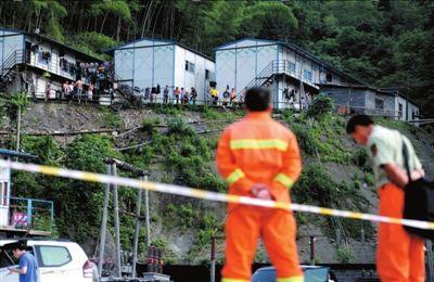 20日,八面山隧道工人被聚集在工地生活区,停止施工作业。本报记者王苡萱摄