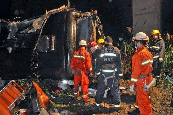 福建霞浦客车从高速公路坠入山谷已致17死