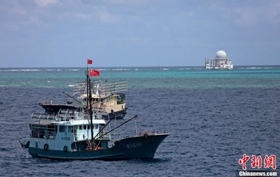 7月18日,海南赴南沙捕捞船队的30艘渔船顺利到达诸碧礁,即将展开捕捞作业。图为赴南沙渔船抵达诸碧礁海域。渚碧礁是中国南沙群岛中业群礁西南一暗礁,为一个不规则多角形环形礁石,仅在退潮时才全部露出水面。骆云飞 摄