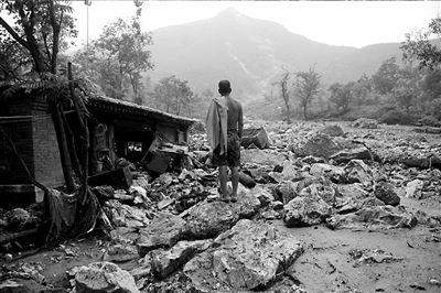 78岁的杨淑兰家的一间房屋被泥石流冲毁。