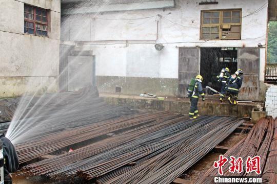 消防官兵利用水枪稀释掩护救援官兵。 赵久川 摄