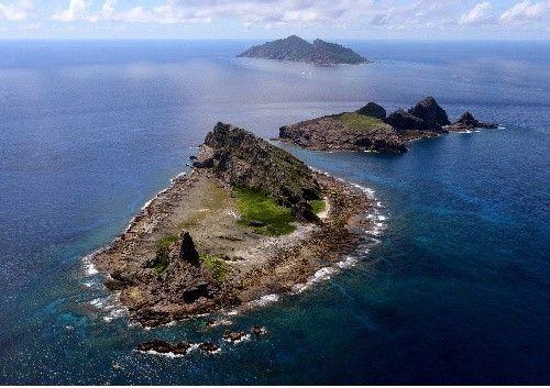 钓鱼岛及其周边附属岛屿,由近及远依次为南小岛、北小岛、钓鱼岛主岛。