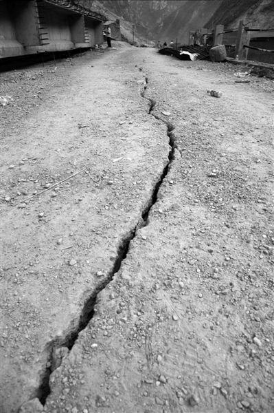 9月7日,震中彝良县洛泽河镇一段道路受地震影响出现大裂缝。新华社发