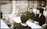 1978年,邓小平在日本乘坐日本新干线到京都访问。