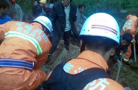 据初步调查,18名学生被埋在垮塌的教学楼内,学校附近两户农户房舍被掩埋,其中一户农户1人被掩埋,另一农户一家3口全部逃离。
