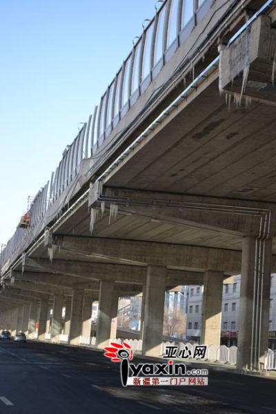 乌鲁木齐田字路高架冰挂影响行车安全