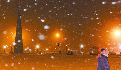 11月12日,吉林省长春市民冒雪出行。新华社记者 许畅摄