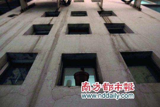 """二楼租客英子的""""窗户"""",其实是16个小洞,有阳光的日子是英子最开心的节日。"""