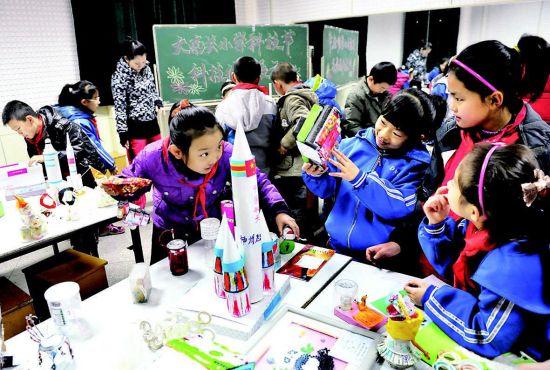 ,大南关小学的小学生在参观本校科技小制作展.当日,作为我市科学