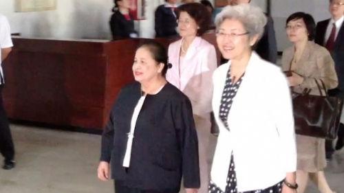 资料图:菲律宾外交部次长厄琳达•巴西里奥(左)10月19日在马尼拉会见中国外交部副部长傅莹。