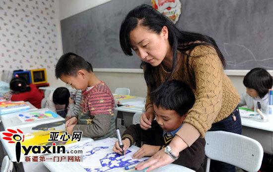 乌市考生在新疆儿童发展中心考点进行美术考级