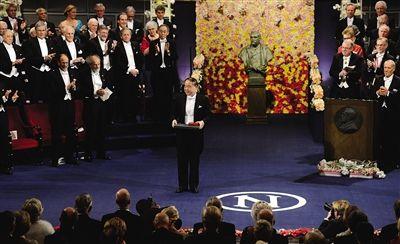 12月10日,在瑞典首都斯德哥尔摩音乐厅举行的2012年诺贝尔奖颁奖仪式上,中国作家莫言(中)领取诺贝尔文学奖。