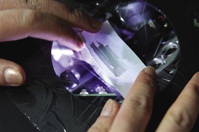 实验1 把修正带涂到一张白纸样本上,放进X射线荧光能谱仪的探测口,测试重金属。