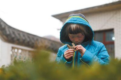 """到""""新家""""后,袁袁在院子里一言不发,她说想回""""袁妈妈""""家。"""