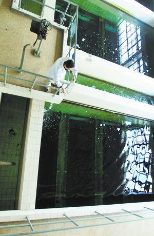 工作人员在第九水厂取样、检验。本报记者 甘南摄 J216
