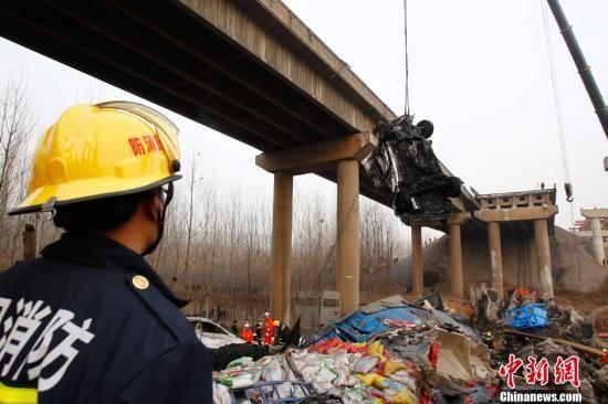 爆炸坍塌事故现场。中新社发 王中举 摄
