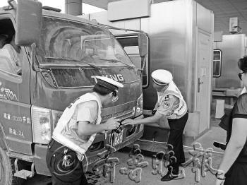 汽车挂农用拖拉机牌,被民警查个正着。(资料片)