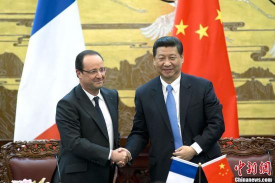 4月25日,中国国家主席习近平在北京人民大会堂与法国总统奥朗德举行会谈。会谈后,两国元首共同会见记者。中新社发 盛佳鹏 摄