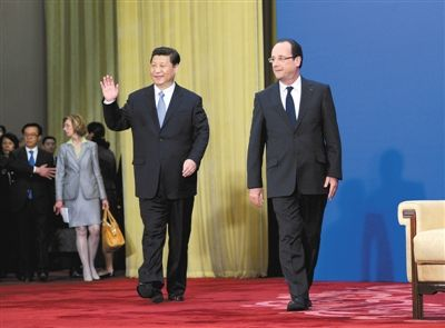 4月25日,中国国家主席习近平和法国总统奥朗德(右)共同出席在北京人民大会堂举行的中法商务论坛闭幕式并致辞。新华社记者 饶爱民 摄