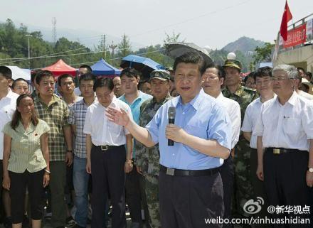 习近平来到四川芦山县看望受灾群众。