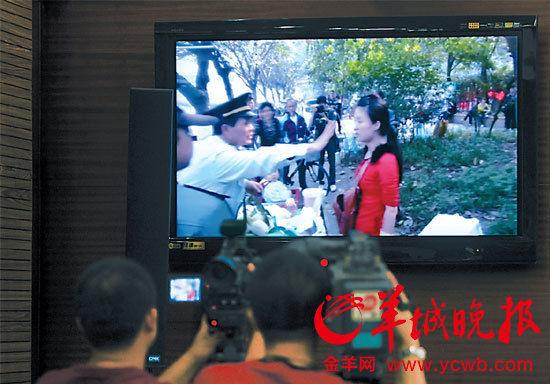 法庭播放当天案发时的视频 羊城晚报记者 周巍 摄