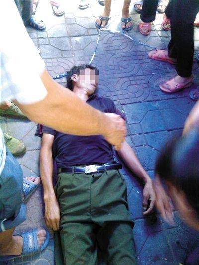 临武县县城,瓜农邓正加的尸体停放在事件发生的现场。死者家属供图