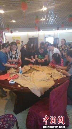 餐桌前赴宴人员将钱装入红包。 肖光明 摄