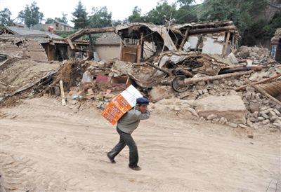 7月23日,甘肃岷县梅川镇永光村一位村民背着发放的救灾物资回家。当日,灾区群众的生活逐渐恢复。新华社记者 罗晓光 摄