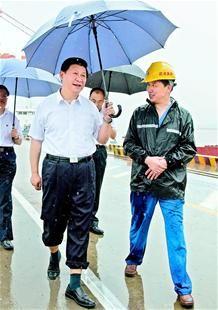 湖北日报讯 图为:21日上午,习近平冒雨来到武汉新港阳逻集装箱港区考察。 (新华社发)