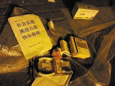 被抄摊位边摆着田先生为女儿打印的请城管叔叔支持的说明。新京报记者 林野 摄