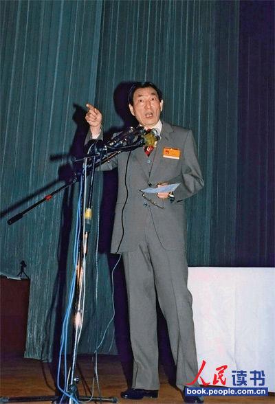 1988年4月25日,朱�F基在上海市九届人大一次会议第四次全体会议上讲话。