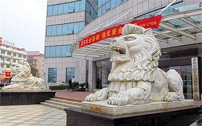 """巨型狮 湖南省娄底市烟草公司双峰县分公司门前的巨型石狮子。一些党政机关,近年青睐形体巨大、形态凶悍的""""西洋立狮"""",价格高达每对20万―30万元。新华社发"""