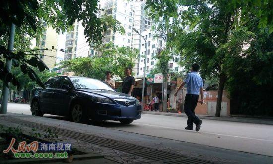 穿警服的男子走向自己的车并发现罚单