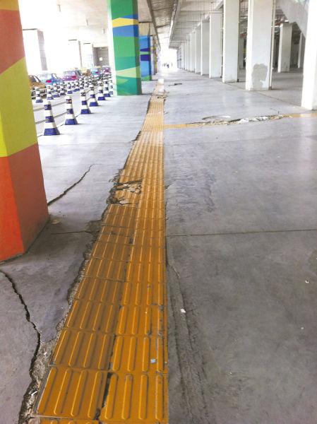 在温岭火车站架空层,由于沉降产生的裂缝到处可见。